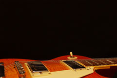För jazzgitarr för tappning elektrisk closeup på svart bakgrund, med överflöd av kopieringsutrymme Selektivt fokusera Royaltyfria Bilder