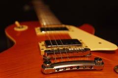 För jazzgitarr för tappning elektrisk closeup på svart bakgrund Selektivt fokusera Royaltyfri Foto