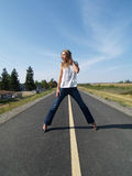 för jeansbana för cykel blont barn för kvinna Fotografering för Bildbyråer