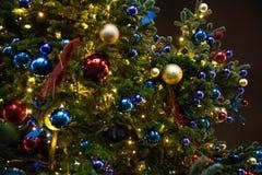 för juldel för backgroud svart tree Anvisningar blått och gulingbollar arkivfoto