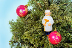För julhälsning för nytt år kort med trädet, leksakdoktor av medicin Arkivbild