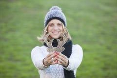 För julhjortar för härlig kvinna hållande garnering Royaltyfria Foton