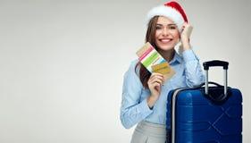 För juljultomten för kvinna bärande kort för betalning för kreditering för innehav för hatt, p Fotografering för Bildbyråer