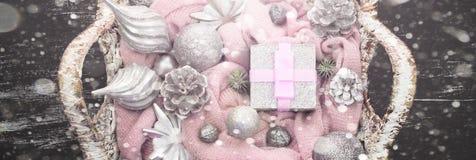 För julsammansättning för baner dekorativa leksaker för jul i korgen Arkivfoton