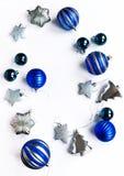 för julsammansättning för bauble blått exponeringsglas Blå jul och silvergarneringar på vit bakgrund royaltyfria bilder