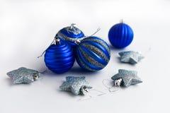 för julsammansättning för bauble blått exponeringsglas Blå jul och silvergarneringar på vit bakgrund royaltyfria foton