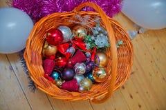 för julsammansättning för bauble blått exponeringsglas Den wattled korgen Röd jul och guld- boll Guld- och röda julbaubles julgåv arkivfoton