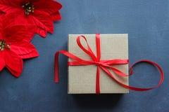 för julsammansättning för bauble blått exponeringsglas Gåvaask med det röda satängbandet på en svart bakgrund white för juldekori royaltyfri foto