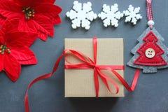 för julsammansättning för bauble blått exponeringsglas Gåvaask med det röda satängbandet, trä och snöflingor på svart bakgrund Le arkivfoto