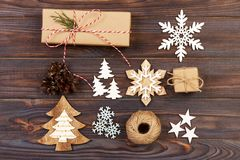 för julsammansättning för bauble blått exponeringsglas Gåvan julgarnering, snöflinga, sörjer kottar Lekmanna- bästa sikt för läge Royaltyfria Foton