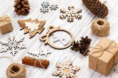 för julsammansättning för bauble blått exponeringsglas Gåvan julgarnering, snöflinga, sörjer kottar Lekmanna- bästa sikt för läge Royaltyfria Bilder