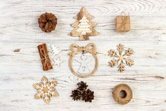 för julsammansättning för bauble blått exponeringsglas Gåvan julgarnering, snöflinga, sörjer kottar Lekmanna- bästa sikt för läge Arkivfoto