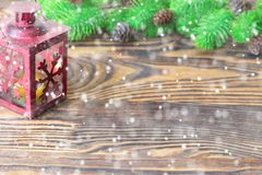 för julsammansättning för bauble blått exponeringsglas Garnering för jul och för nytt år med granträdfilialer, lykta på träbakgru Royaltyfria Foton