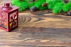 för julsammansättning för bauble blått exponeringsglas Garnering för jul och för nytt år med granträdfilialer, lykta på träbakgru Arkivbild