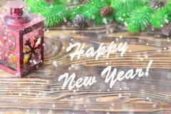 för julsammansättning för bauble blått exponeringsglas Garnering för jul och för nytt år med granträdfilialer, lykta på träbakgru Royaltyfri Foto