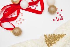 för julsammansättning för bauble blått exponeringsglas Garneringar för krans för jul guld- och röda, på vit bakgrund Lekmanna- lä arkivfoton