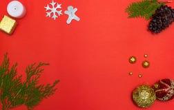 för julsammansättning för bauble blått exponeringsglas granfilialer och garneringar på röd bakgrund Lekmanna- lägenhet, bästa sik fotografering för bildbyråer