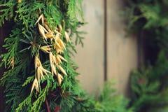 för julsammansättning för bauble blått exponeringsglas Jul gåva, julgran, filialer arkivfoton