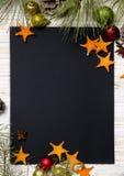 för julsammansättning för bauble blått exponeringsglas Jul klumpa ihop sig, granfilialer, kottar och stjärnor från apelsinen på t Royaltyfria Bilder