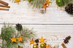 för julsammansättning för bauble blått exponeringsglas Jul klumpa ihop sig, granfilialer, kottar och stjärnor från apelsinen på t Arkivbilder