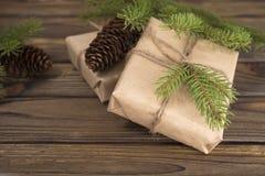 för julsammansättning för bauble blått exponeringsglas Julgåvan, sörjer kottar, gran förgrena sig Arkivfoton