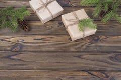 för julsammansättning för bauble blått exponeringsglas Julgåvan, sörjer kottar, gran förgrena sig på träbakgrund Arkivfoto