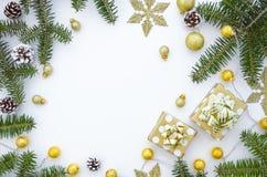 för julsammansättning för bauble blått exponeringsglas Ram som göras av guld- julgarnering, boll, gåvaaskar, snöflingor och grant royaltyfri foto