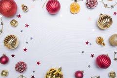 för julsammansättning för bauble blått exponeringsglas Ram som göras av julgåvor, leksaker på vit träbakgrund Lekmanna- lägenhet, Arkivbild