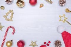 för julsammansättning för bauble blått exponeringsglas Ram som göras av julgåvor, leksaker på vit träbakgrund Lekmanna- lägenhet, Fotografering för Bildbyråer