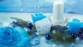 för julsammansättning för bauble blått exponeringsglas Sörja kottar, granfilialer, handgjorda stearinljus, jul slösar dekoren på  Arkivbild