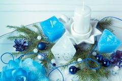för julsammansättning för bauble blått exponeringsglas Sörja kottar, granfilialer, handgjorda stearinljus, jul slösar dekoren på  Arkivfoto