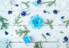 för julsammansättning för bauble blått exponeringsglas Sörja kottar, granfilialer, handgjorda stearinljus, jul slösar dekoren på  Arkivfoton