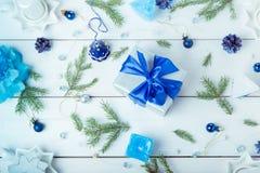 för julsammansättning för bauble blått exponeringsglas Sörja kottar, granfilialer, handgjorda stearinljus, jul slösar dekoren på  Arkivbilder
