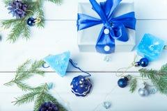 för julsammansättning för bauble blått exponeringsglas Sörja kottar, granfilialer, handgjorda stearinljus, jul slösar dekoren på  Royaltyfria Bilder