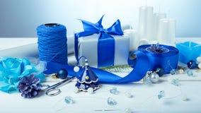 för julsammansättning för bauble blått exponeringsglas Sörja kottar, granfilialer, handgjorda stearinljus, jul slösar dekoren på  Royaltyfri Foto