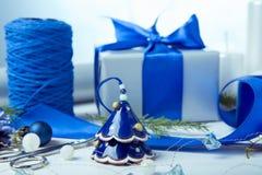 för julsammansättning för bauble blått exponeringsglas Sörja kottar, granfilialer, handgjorda stearinljus, jul slösar dekoren på  Royaltyfria Foton