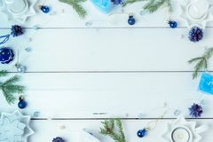 för julsammansättning för bauble blått exponeringsglas Sörja kottar, granfilialer, handgjorda stearinljus, jul slösar dekoren på  Royaltyfri Fotografi