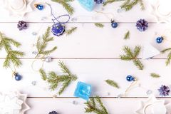 för julsammansättning för bauble blått exponeringsglas Sörja kottar, granfilialer, handgjorda stearinljus, jul slösar dekoren på  Royaltyfri Bild