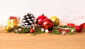 för julsammansättning för bauble blått exponeringsglas stilfull ordning av kottar och julgarneringar Arkivbilder