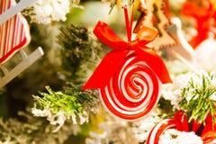 för julsammansättning för bauble blått exponeringsglas godisen granträd leker med bränningstearinljus, askar, bollar, sörjer kott Arkivfoto