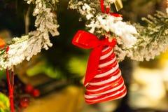 för julsammansättning för bauble blått exponeringsglas godisen granträd leker med bränningstearinljus, askar, bollar, sörjer kott Arkivbilder