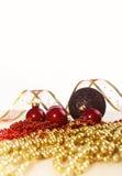 för julsammansättning för bauble blått exponeringsglas Röda struntsaker, band och kedja på ljus bakgrund Fotografering för Bildbyråer