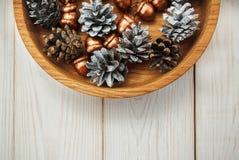 för julsammansättning för bauble blått exponeringsglas Vita kottar och guld- ekollonar Trävit tabell Arkivfoto