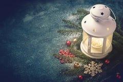 för julsnow för bakgrund blåa snowflakes Sammansättning av en lykta och granfilialer Arkivfoton
