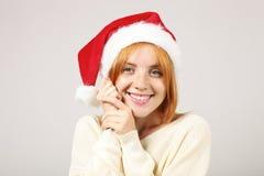 För jultomten` s för den gulliga rödhåriga mannen semestrar den kvinnliga bärande hatten med popetsom firar festlig säsong för vi arkivfoton
