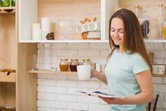 För kökafton för kvinnlig fritid hem- hemtrevlighet royaltyfri bild