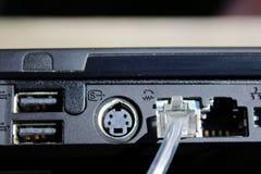 för kabelanslutning för bakgrund blå propp för internet djup Arkivbild