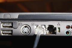 för kabelanslutning för bakgrund blå propp för internet djup Royaltyfri Bild