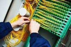 för kabelanslutning för bakgrund blå propp för internet djup optiska kablar för teknikerförbindande fiber Arkivfoton