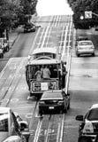 För kabelbil för scramble brant löneförhöjning upp på den Powell gatan royaltyfri fotografi